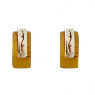 Jantárové náušnice z jantáru medovej farby osadené do striebra s jemným, sofistikovaným zdobením.