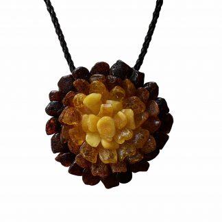 Jantárový náhrdelník s výraznou kvetinovou brošňou