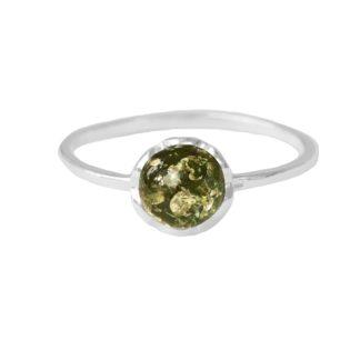 Jemný jantárový prsteň s drobným očkom zo zeleného jantáru v striebre